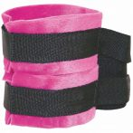 S&M - bársonyos bilincsek hosszú  összekötővel (pink-fekete)